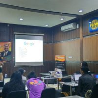 Hendra presentasi di Pelatihan workshop digital internet marketing