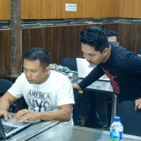 Rezza memandu Pelatihan workshop digital internet marketing